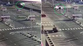 Vilniuje nufilmuotas dramatiškas automobilio skrydis į stovėjimo aikštelę