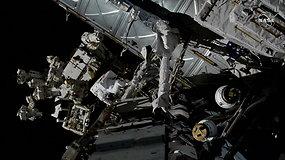 Į atvirą kosmosą daugiau nei 6 val. išėjo astronautai: atliko akumuliatorių keitimo ir laidų tiesimo darbus
