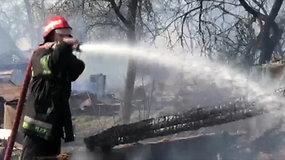 Didelė nelaimė Krakūnuose: ugniagesiams užgesinti degančius 14 pastatų padeda pasieniečiai ir savanoriai