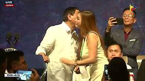 Darosi nepatogu žiūrėti: prieš žmonos akis Filipinų prezidentas pabučiavo 5 moteris