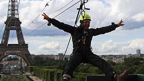 Ekstremalus skrydis palieka be žado: nuo Eiffelio bokšto leidžiantis lynu atsiveria dar nematytas Paryžius