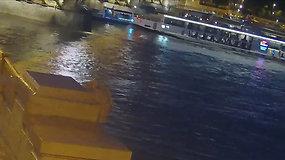 Paviešinta tragiško incidento, dėl kurio apsivertė ir nuskendo laivas,  Budapešte akimirka