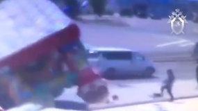 Rusijoje vėjas pakėlė pripučiamą batutą su mažamečiais vaikais – jų būklė sunki