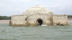 Nuslūgus vandeniui išniro bažnyčia – gyventojai renka ir išplaukusius žmonių palaikus