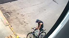 """Šiauliuose nufilmuota, kaip žaibiškai pavogtas prie """"Maximos"""" prirakintas dviratis"""