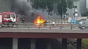 Judrioje sostinės gatvėje degė automobilis: vairuotojui prireikė medikų, susidarė spūstys
