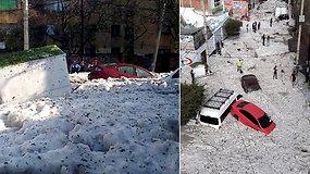 Atsibudusius gyventojus pribloškė nematyta anomalija – 1,5 m ledo sluoksnis palaidojo automobilius