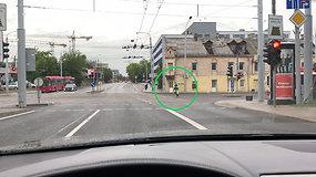 """Vairuotojas nufilmavo """"dviratininką-kamikadzę"""" – važiavo per raudoną šviesą"""