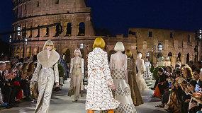 """""""Fendi"""" mados namai įspūdingą kolekciją pristatė tarp Senovės Romos griuvėsių – prisiminė Karlą Lagerfeldą"""