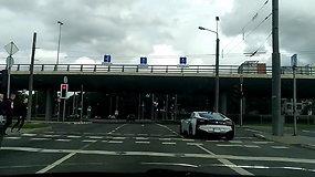 Kelių eismo taisyklės negalioja – BMW pralėkė per raudoną šviesą