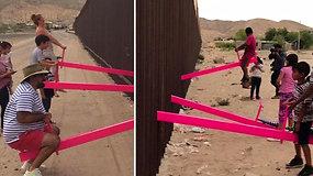 Nepaliko abejingų: abipus JAV ir Meksikos sienos įrengtos sūpynės tapo jaudinamu simboliu