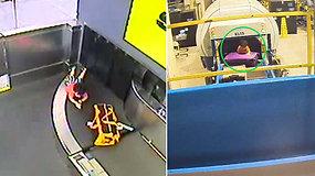 Oro uoste mama akimirkai dvimetį paliko be priežiūros: nufilmuotas pavojingas pasivažinėjimas konvejeriu
