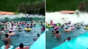 Maudynės vandens parko baseine virto košmaru: galinga banga nubloškė lankytojus
