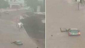 Vairuotoja turėjo vos kelias minutes – staiga pakilęs vanduo automobilį apsėmė per akimirksnį