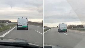 """Vairuotojui sutrukdė """"per lėtai"""" važiuojantis policijos ekipažas"""