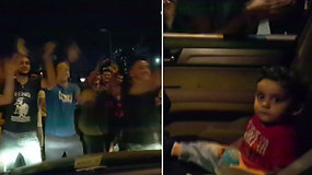 Internautų širdis ištirpdė protestuotojų elgesys: išsigandusį kūdikį ramino dainuodami