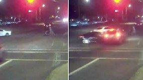 Per plauką nuo tragedijos: per perėją vežimėlį stumiančią porą apsaugojo galingas automobilių susidūrimas