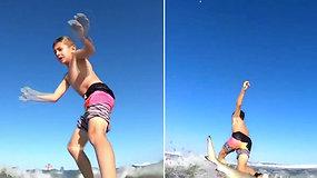 Banglente plaukiojęs septynmetis ne juokais išsigando: peržiūrėjęs įrašą tėtis pamatė, kad jis susidūrė su rykliu