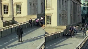 Liudininkai nufilmavo, kaip praeiviai bandė sulaikyti peiliu besišvaisčiusį užpuoliką