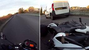 Užvažiavęs ant plikledžio motociklininkas vos nežuvo po automobilių ratais: paslydęs nukrito nuo motociklo