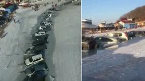 Rusijoje žvejams teko žvejoti ne tik žuvis: ledas neatlaikė sustatytų automobilių svorio