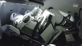 """""""SpaceX"""" erdvėlaivis """"Crew Dragon"""" susijungė su Tarptautine kosmine stotimi"""