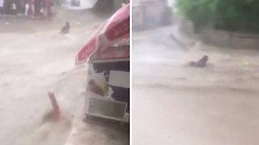 Užfiksuota dramatiška akimirka: moterį nusineša galinga potvynio srovė