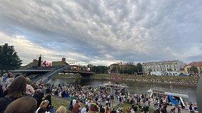 Staigmena Daukanto aikštėje ir vilniečių neišgąsdinęs lietus: įspūdingo dydžio žmonių minia šventė liepos 6-ąją