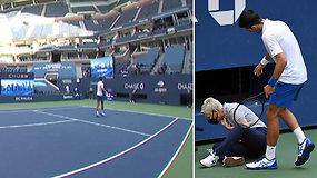 N.Džokovičiaus muštas kamuoliukas pataikė į teisėją: tenisininkas diskvalifikuotas dėl nesportiško elgesio