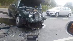 Kaune stipriai susidaužė automobiliai – yra prispaustų, sužeistų keleivių
