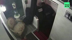 Paviešintas vaizdo įrašas, kuriame matyti, kaip policininkai Paryžiaus centre muša juodaodį muzikos prodiuserį