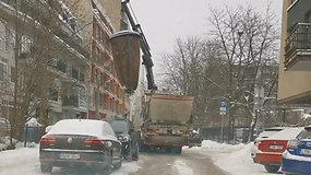 Vilnietės nufilmuoti vaizdai stebina: vežėjai purto tuščius ir neatrištus maišus