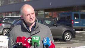 Dėl pastebėtų skilimų evakuotame name apsilankęs aplinkos ministras žadėjo būti gyventojų pusėje ir reikalauti statytojų atsakomybės