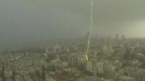 Gamtos stichijos šėlsmas Tel Avive: žaibas trenkė į pastatą