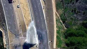 Kalifornijos greitkelį užtvėrė netikėtai ištryškęs fontanas