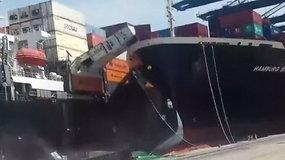 Pakistano uoste susidūrus laivams į jūrą įkrito kroviniai