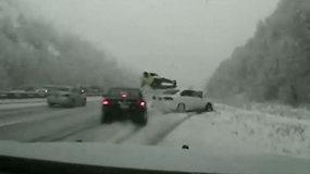 Jutos greitkelyje vairuotojo nevaldomas automobilis partrenkė pareigūną