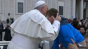 Popiežius išpildė seną vaiko svajonę: berniuką su Dauno sindromu pavėžino papamobiliu