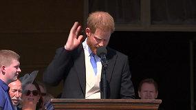 Juoką kelianti akimirka: bitė nutraukė Princo Harry kalbą tėvo 70-ojo gimtadienio proga