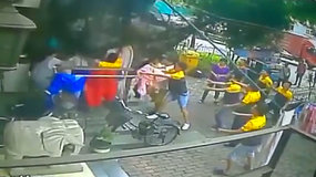 Kinijoje kurjeriams teko gaudyti iš šeštojo aukšto krintantį berniuką