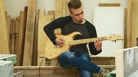 Lenkas elektrinę gitarą sokonstravo iš 1300 medinių liežuvio laikiklių