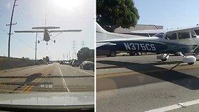 Los Andžele vairuotojus nustebino kelyje avariniu būdu nusileidęs lėktuvas