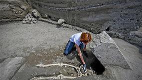 Nauji radiniai Pompėjų griuvėsiuose: archeologai aptiko akmens prispausto vyro skeletą