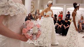 Nuo ritinio iki podiumo: iš tualetinio popieriaus kuriamos ir vestuvinės suknelės