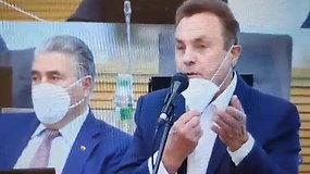 """P.Gražulis pavėlavęs į Seimo posėdį reikalavo paaiškinimo: """"Nesupratau, kas čia vyksta, gal paaiškinsit?"""""""