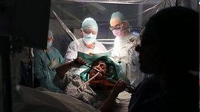 Neįtikėtina: smegenų operacijos metu pacientė grojo smuiku