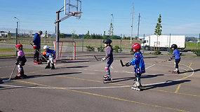 Ledo ritulį lankantys vaikai treniruojasi su riedučiais