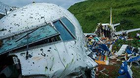 Indijoje nulėkęs nuo tako sudužo keleivinis lėktuvas: korpusas lūžo pusiau, žuvo mažiausiai 18 žmonių