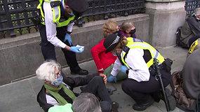 Klimato kaitos aktyvistai prisiklijavo prie šaligatvio – policijai juos atlupti sekėsi sunkiai