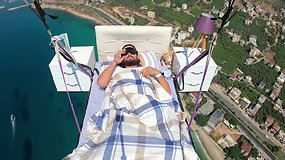 Iki šiol nematytas triukas prikaustė internautų dėmesį: parasparniu skrido gulėdamas lovoje